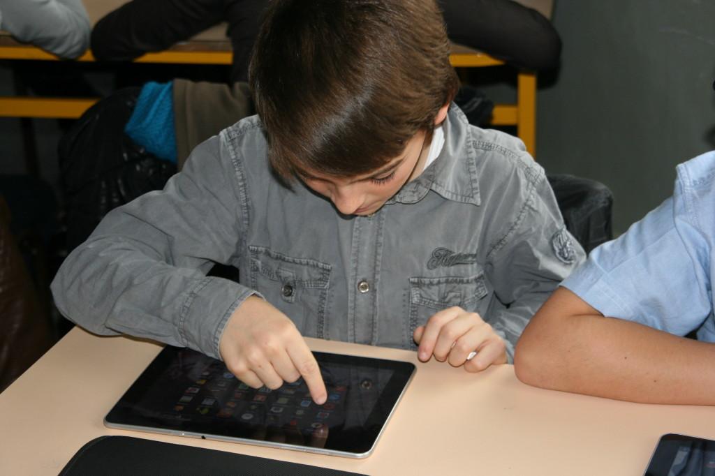 élève et tablette numérique en classe