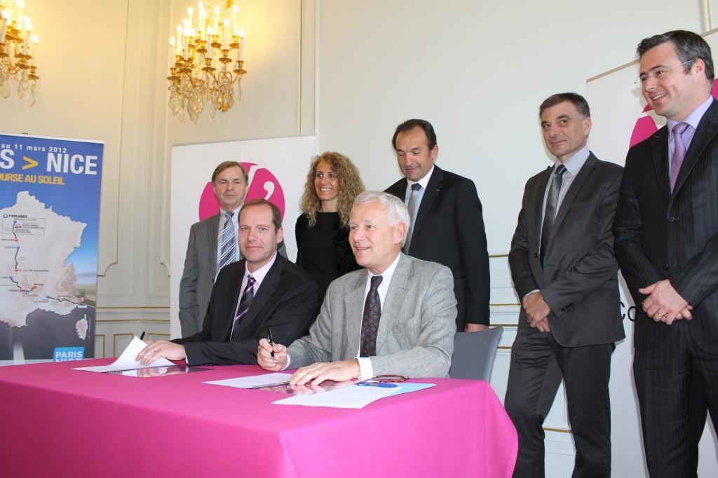 Alain Schmitz, Président du Conseil général signe la nouvelle convention avec ASO