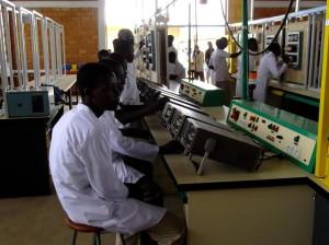 Dans l'atelier électrotechnique, les élèves s'exercent sur du matériel performant